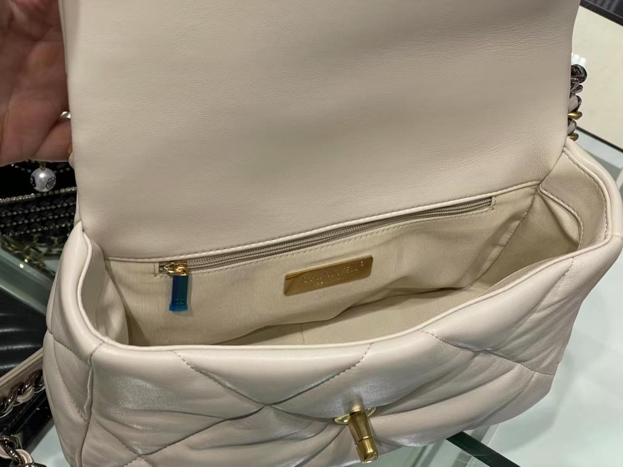Chanel(香奈儿)19bag 最新 口盖包 亮面褶皱小羊皮 米白色 26cm